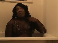 Butty chocolate bitch sets in a bath