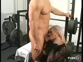 Sex with blonde tranny in the gym